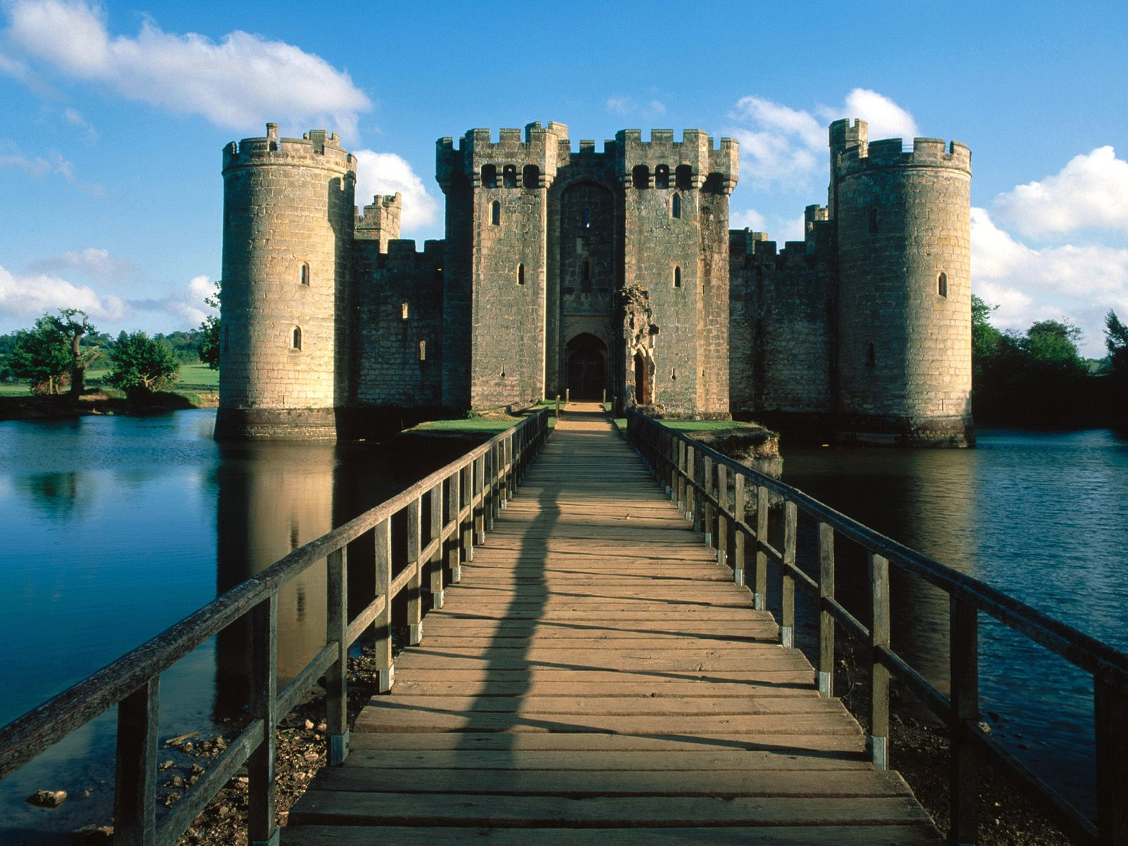 Bodiam castle and bridge east sussex england picture for Wallpaper home england